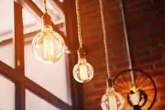 Vintage ou lâmpada retro na parede velha na casa, sentindo romântica na casa velha com luz retro, equipamento de iluminação na ca Fotos de Stock Royalty Free