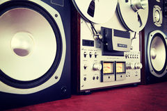 Vintage ouvert d'enregistreur de platine du dérouleur de bobine de stéréo analogue avec des haut-parleurs Photo stock