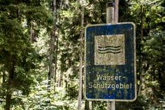 Vintage oxidado velho alemães esquecidos assinam dentro a reserva de água dos meios do schutzgebiet do wasser da tradução da flor Fotos de Stock
