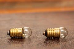 Vintage, petites ampoules se trouvant sur un fond en cuir photos libres de droits
