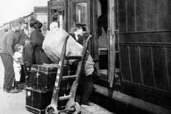 1900 Vintage Photo, Porter Loading Luggage into Train, Llanfairfechan, Wales Stock Image