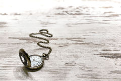 Vintage Pocket Watch on Old Aged Wood Background 免版税库存图片
