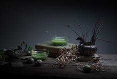Vintage, Provence sopa de la espinaca en un bol de vidrio en la tabla rústica áspera microprocesadores, huevo de codornices, flor Imagen de archivo