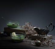 Vintage, Provence sopa de la espinaca en un bol de vidrio en la tabla rústica áspera microprocesadores, huevo de codornices, flor Foto de archivo libre de regalías