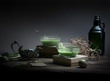Vintage, Provence sopa de la espinaca en un bol de vidrio en la tabla rústica áspera microprocesadores, huevo de codornices, flor Foto de archivo