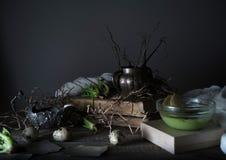 Vintage, Provence sopa de la espinaca en un bol de vidrio en la tabla rústica áspera microprocesadores, huevo de codornices, flor Fotografía de archivo libre de regalías