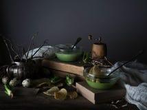 Vintage, Provence sopa de la espinaca en un bol de vidrio en la tabla rústica áspera microprocesadores, huevo de codornices, flor Fotografía de archivo