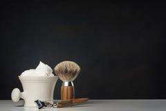 Vintage que barbeia ferramentas na tabela branca e no fundo brilhante fotografia de stock