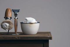 Vintage que barbeia o equipamento na tabela de madeira imagens de stock