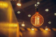 Vintage que pendura a iluminação do café do estilo antigo da ampola foto de stock royalty free