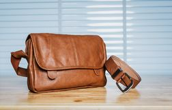 Vintage que viaja para los accesorios del ` s de los hombres, el bolso marrón y la correa puestos Fotografía de archivo
