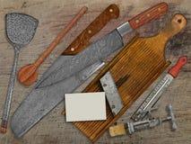 Vintage réglé pour faire cuire au-dessus de la table en bois Photographie stock libre de droits