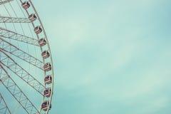 Vintage rétro Ferris Wheel Over Blue Sky à Bangkok, Thaïlande photo libre de droits
