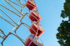 Vintage rétro Ferris Wheel sur le ciel bleu Photos stock