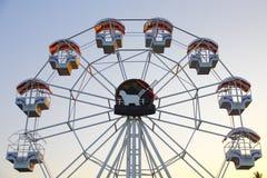 Vintage rétro Ferris Wheel sur le ciel bleu Image libre de droits