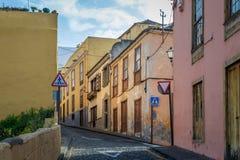 Vintage regardant des bâtiments la vieille rue de La Orotava Images stock