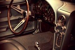 Vintage regardant la photo de l'intérieur de voiture ancienne Photographie stock