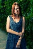 Vintage regardant la photo des femmes d'une chevelure rouges souriant dehors Images stock