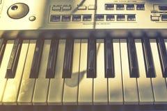 Vintage regardant le détail des clés sur le clavier de musique Images stock
