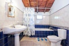 Vintage retro bathroom. Royalty Free Stock Photos