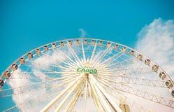 Vintage retro de la noria grande sobre el cielo azul en Asiatique, centro comercial al aire libre abierto de la comunidad en Bang imagen de archivo