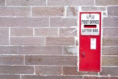 Vintage rojo del buzón de los posts retro en pueblo rural del campo de la pared de piedra foto de archivo libre de regalías