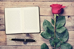Vintage rose et journal intime Photographie stock