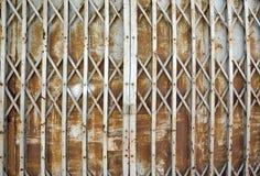 Vintage rouillé pliant le vieux fond de porte de porte en métal Photo stock