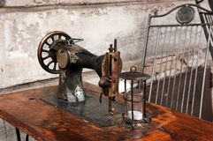 Vintage sewing machine on a wooden table Royalty Free Stock Images