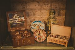 Vintage souvenirs on the shelf of an Italian restaurant. royalty free stock photos