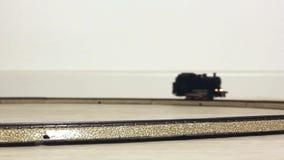 Vintage Steam Locomotive Running modelo en los carriles almacen de video