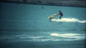 (Vintage 8 superbe) vieux scooter de mer jaune faisant le tour clips vidéos