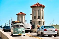 Vintage Van en el puente de leones en la ciudad vieja en la costa histórica de la Florida foto de archivo libre de regalías