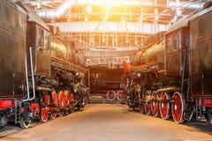 Vintage velho do vapor de diversas locomotivas o depósito da estrada de ferro no serviço de manutenção do reparo foto de stock royalty free