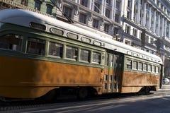 Vintage velho que olha cursos de carro da rua do assinante do passageiro ao longo da rua ocupada do mercado em San Francisco do c imagem de stock
