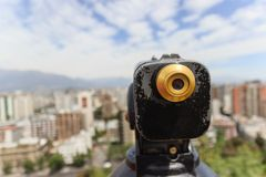 Vintage velho que olha o telescópio do monocular para sightseeing e vista do Santiago, o Chile imagem de stock royalty free