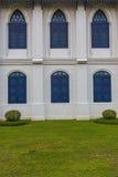 Vintage ventanas en la pared blanca Imagenes de archivo