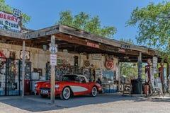 Vintage vermelho Corveta na loja geral da agreira Imagens de Stock Royalty Free
