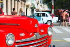 Vintage vermelho restaurado poço Ford em Havana Fotos de Stock Royalty Free