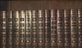 Vintage, vieux livres dans les étagères à livres en bois Photos libres de droits