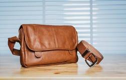 Vintage voyageant pour les accessoires du ` s des hommes, le sac brun et la ceinture mis Photographie stock
