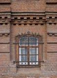 Vintage Windows em uma casa do tijolo imagens de stock