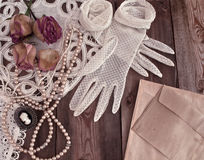 Vintage women's jewelry and gloves. Royalty Free Stock Images