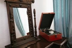 Vintage mirror and old gramophone Royalty Free Stock Photos