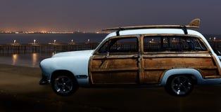 Vintage Woodie en noche de la playa Imagen de archivo