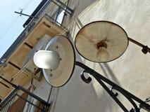 vintage y nuevas lámparas en el mismo lugar Imagen de archivo libre de regalías