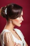 Vintager panna młoda Portret piękna młoda dziewczyna w wizerunku panna młoda z ornamentem w włosy czerwone usta Obrazy Stock