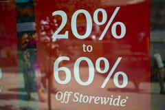 Vinte a sessenta por cento fora do sinal Fotografia de Stock Royalty Free