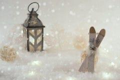 vinter för blåa snowflakes för bakgrund vit med leksaken skida Arkivfoto