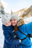 vinter för dottermoder utomhus royaltyfri foto